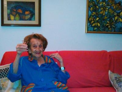 Mi abuela, Oma, a los 99 años brindando con un tequila en mano.